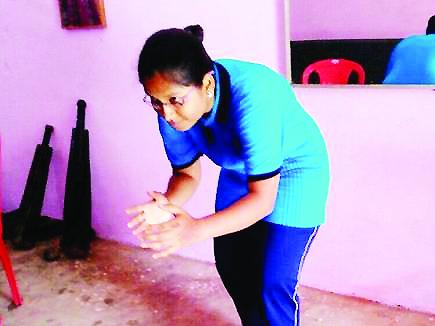 पहले कैंसर को दिया मात, अब ओलंपिक जीतने की तैयारी रायपुर। राजधानी की ये लड़की बहादुरी में किसी लड़के से कम नहीं है। मैदान में ही नहीं, बल्कि कैंसर जैसी खतरनाक बीमारी को मात देकर फिर से रेसलिंग के लिए तैयार हैं। यह कहानी है प्रोफेसर कॉलोनी में रहने वाली भारती की।