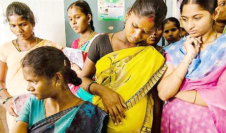 28 स्त्री रोग विशेषज्ञों की टीम ने की 1500 प्रसूताओं की जांच बिलासपुर। प्रधानमंत्री सुरक्षित मातृत्व अभियान के तहत शनिवार को जिले की 22 निजी और 6 सरकारी डॉक्टरों ने अपनी सेवाएं दीं। डॉक्टरों की टीम ने प्राथमिक व सामुदायिक स्वास्थ्य केंद्रों में जाकर उच्च जोखिम प्रसूताओं की जांच की। इस दौरान 1500 से अधिक गर्भवती महिलाओं की जांच कर परामर्श दिया गया।