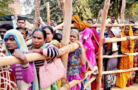 अहमदाबाद। गुजरात में विधानसभा चुनाव का बिगल बज चुका है। 9 और दिसंबर को मतदाता प्रत्याशियों की किस्मत का फैसला करेंगे। इसमें युवा मतदाताओं की संख्या सबसे ज्यादा रहेगी। केवल युवा ही नहीं बल्कि इस चुनाव में 90 से 100 की उम्र वाले मतदाता भी कम नहीं है। गुजरात विधानसभा चुनाव में 90 से सौ बरस के बीच के मतदाताओं की संख्या 7843 हैं। वहीं सौ साल या उसको पार कर चुके मतदाताओं की संख्या 662 है।