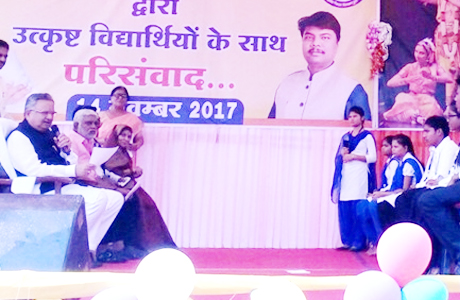 दुर्ग। मुख्यमंत्री डॉ. रमन सिंह ने बाल दिवस पर दुर्ग में आयोजित बाल मेले में प्राइमरी शिक्षा को बढ़ावा देने पर जोर दिया। इसके लिए राज्यभर के स्कूलों के लिए तीन नई योजना लॉन्च की। इन योजनाओं में मुख्यमंत्री शाला सुरक्षा कार्यक्रम, मुस्कान पुस्तकालय और एक्टिीविटी बुक्स शामिल हैं।