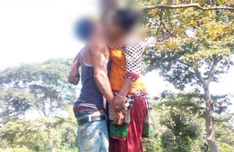 रायपुर। समाज से निराश प्रेमी जोड़ों द्वारा साथ साथ आत्महत्या की घटनाओं में तेजी आई है। पिछले छह महीने में अकेले छत्तीसगढ़ में लगभग एक दर्जन जोड़ों ने साथ-साथ मौत को गले लगाया है। इनमें से अधिकांश ने फांसी लगाकर अपनी जान दी है। ऐसे ही एक मामले में बुधवार को प्रेमी युगल की सड़ी गली लाश जंगल में फांसी पर लटकी मिली।