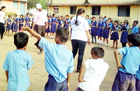 भिलाई। स्वामी श्री स्वरूपानंद सरस्वती महाविद्यालय में बाल दिवस के अवसर पर जिला स्तरीय 'अंकुरÓ कार्यक्रम का आयोजन 11वीं व 12वीं कक्षा के विद्यार्थियों के लिये किया गया। साथ ही 'कल्पतरुÓ सामाजिक इकाई द्वारा शासकीय प्राथमिक शाला दीपक नगर के विद्यार्थियों के लिये किलकारी कार्यक्रम का आयोजन किया गया।