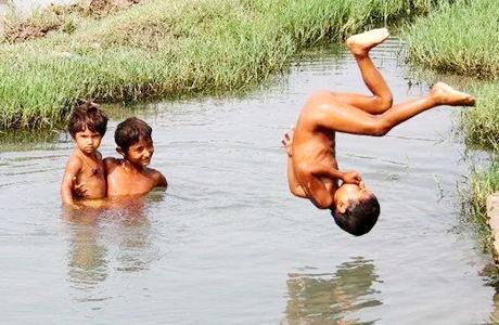 रायपुर। दुर्ग से 15 किलोमीटर दूर गांव पुरई के तैराकों की धमक अब देश-दुनिया में होगी। गांव के डोंगिया तालाब में तैराकी का अभ्यास कर शालेय नेशनल में गोल्ड और सिल्वर मेडल जीतकर यहां के लड़के ही नहीं, लड़कियों ने भी तैराकी में लोहा मनवाया है। भारतीय खेल प्राधिकरण (साई) मुख्यालय दिल्ली ने भी अब इन तैराकों की सुधि ली है। दिल्ली से आदेश के बाद अब रायपुर साई की टीम 27 नवंबर को गांव में जाकर ट्रायल लेगी।