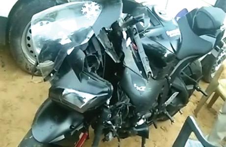50 हजार रुपए के फैंसी हेलमेट ने ले ली जान, किसी को नहीं पता था आखिर कैसे खुलता है यह हेडगियर जयपुर। उसकी बाइक 22 लाख की थी तो हेलमेट भी 50 हजार का था। दोनों ही खास थे। जब हादसा हुआ तो कोई उसका हेलमेट ही नहीं खोल पाया। इलाज के अभाव में आखिर उसकी जान चली गई।