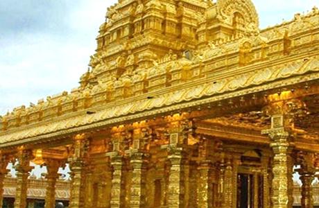 चेन्नै। स्वर्ण मंदिर का नाम आते ही दिमाग में पंजाब के स्वर्ण मंदिर की याद आ जाती है। मगर, तमिलनाडु के वेल्लोर नगर के मलाईकोड़ी पहाड़ों पर स्थित महालक्ष्मी मंदिर में 1500 किलो सोना लगा है। इसे दक्षिण भारत का स्वर्ण मंदिर भी कहा जाता है। रात के वक्त रोशनी में बहुत खूबसूरत दिखता है। 100 एकड़ से ज़्यादा क्षेत्र में फैला यह मंदिर चारों तरफ से हरियाली से घिरा हुआ है। इस मंदिर को भक्तों के लिए 2007 में खोला गया था।