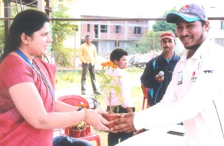 भिलाई। स्वामी श्री स्वरूपानंद सरस्वती महाविद्यालय के छात्र एवं क्रिकेट टीम के कप्तान शशांक चंद्राकर का चयन छत्तीसगढ़ की वन डे टीम के लिए किया गया है। शशांक के नेतृत्व में महाविद्यालय ने पहली बार इंटर कॉलेज टूर्नामेंट में विजय हासिल की थी। शशांक चन्द्राकर के छत्तीसगढ़ प्रदेश क्रिकेट टीम के सीनियर वनडे टीम में चयन होने पर महाविद्यालय परिवार एवं खिलाडिय़ों में हर्ष का माहौल है। चयनित होने पर श्री गंगाजली शिक्षण समिति के अध्यक्ष आई.पी. मिश्रा, उपाध्यक्ष श्रीमती जया मिश्रा, प्राचार्य डॉ. हंसा शुक्ला, एम.एम. तिवारी क्रीड़ा अधिकारी एवं समस्त स्टॉफ ने खुषी जाहीर करते हुए बधाई एवं उज्जवल भविष्य की शुभकामनाएं की हैं।