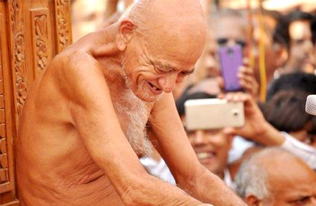 भिलाई। रूआबांधा स्थित श्री पारसनाथ दिगम्बर जैन मंदिर में भक्तों को संबोधित करते हुए परम् पूज्य संत शिरोमणि आचार्य श्री विद्यासागर जी महाराज ने भिलाई के वातावरण की प्रशंसा करते हुए कहा कि इस क्षेत्र में भीषण गर्मी में भी ताप का अहसास नहीं होता क्योंकि यहां बड़े पैमाने पर वृक्ष लगाए गए हैं। इसी तरह लोगों को अपने भीतर भी प्रेम का पौधा लगाना चाहिए तथा उसका पालन पोषण करना चाहिए। इससे संकट और शोक के क्षणों में भी मन शांत बना रहेगा।