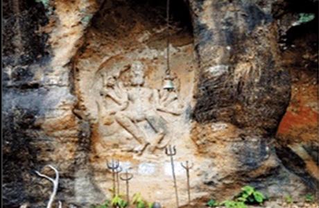 सोहागपुर (होशंगाबाद, मध्यप्रदेश )। महाशिवरात्री के पावन पर्व पर एक मेला पचमढ़ी में लगता है जिसमें बड़ी संख्या में महाराष्ट्र से लोग आते है और चौरागढ़ जैसी ऊंची पहाड़ी पर स्थित भगवान शंकर की प्रतिमा पर त्रिशूल चढ़ाकर मन्नत मांगते है। तो दूसरा मेरा सोहागपुर के प्राचीन पाषाण शिवपार्वती मंदिर पर लगता है। सतपुड़ा की वादियों में पचमढ़ी में ही भगवान शिव के स्थान नहीं है बल्कि कामती रेंज की बीट शंकरगढ़ में भी एक ऐसी प्राचीन शिव मूर्ति है जिसे हजारों साल पहले एक पहाड़ी में खुदाई कर बनाया गया है। यह प्रतिमा आज भी उसी स्वरूप में है जिसमें इसे तरासा गया है। शंकरगढ़ की चट्टान में मौजूद इस प्रतिमा की खासियत है कि इस तक बारिश का पानी भी नहीं पहुंचता है। शंकरगढ़ में मौजूद इस अष्ट भुजा वाली शंकर प्रतिमा के बारे में कहा जाता है कि पहले कभी यहां आदिवासियों द्वारा विशाल पूजा की जाती थी। जो लोग यहां मन्नत मांगते है उनकी मन्नत जरूर पूरी होती है। भगवान शंकर की इस मूर्ति के सामने कई वर्ष पुराना एक घंटा भी चट्टान में लगाया गया है।