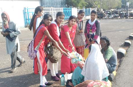 दुर्ग। शासकीय डॉ. वा.वा. पाटणकर कन्या स्नातकोत्तर महाविद्यालय की छात्राओं के कस्तूरबा समूह ने नये अंदाज में वेलेंटाइन डे मनाया। कस्तूरबा समूह की संयोजक रूचि शर्मा ने बताया कि छात्राओं ने स्थानीय वृद्धाश्रम में पहुंच कर पहले साफ-सफाई की फिर वृद्धजनों की पूजा अचर्ना कर आशिर्वाद लिया एवं उन्हें फल एवं मिठाई दी। साथ ही छात्राओं ने वृद्धाश्रम के बुजुर्गों से अनुभव साझा किए।