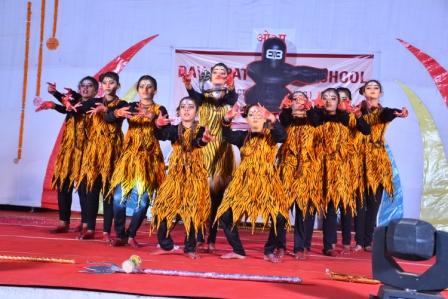 भिलाई। डीएवी इस्पात पब्लिक स्कूल सेक्टर - 2 विद्यालय प्रांगण में वार्षिक उत्सव का आयोजन किया गया। कार्यक्रम के मुख्य अतिथि अनुराग नागर जी.एम. इंचार्ज (पी.एंड ए.) बी.एस.पी. एवं चेयरमेन-एल.एम.सी. विशेष अतिथि श्रीमती नम्रता नागर जी, डी.ए.वी. जामुल के प्राचार्य रवि भास्करन, श्रीमती रश्मि सिंह (पार्षद सेक्टर-2), शिवप्रसाद (पार्षद सेक्टर-5) एवं सेक्टर-2 के प्राचार्य डॉ. बी.पी. साहू की उपस्थिति में कार्यक्रम सम्पन्न हुआ। मुख्य अतिथि श्री नागर ने सभी अतिथियों व पालकों को संबोधित करते हुए कहा कि इस विद्यालय ने नवीन होने के पश्चात् भी गत दो वर्षों में सराहनीय प्रगति की है, यह प्रगति न केवल शैक्षणिक क्षेत्र में अपितु सांस्कृतिक व खेल के क्षेत्र में भी विशेषांकित रही।