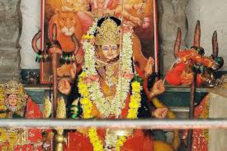 रायपुर। रावांभाठा स्थित मां बंजारी मंदिर देशभर में प्रसिद्घ है। नवरात्र के मौके पर यहां भक्तों का मेला लगा रहता है। बैठकी, अष्टमी और पंचमी के दिन विशेष पूजन अर्चना होती है और इन दिवसों पर भक्तों की अपार भीड़ उमड़ती है। बंजारी मंदिर के ठीक सामने परिसर में अमर जवान ज्योत निरंतर जलती रहती है। यहां शान से लहराता तिरंगा देशभक्ति का जज्बा पैदा करता है। देवी भक्ति और देश प्रेम का यहां अनूठा संगम है।