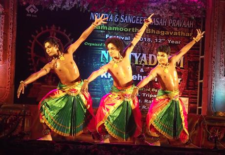 भिलाई। 12वें राममूर्ति भागावतार उत्सव-2018 नृत्य रस प्रवाह के तीसरे दिन पौराणिक गाथाओं को शास्त्रीय नृत्य की अलग अलग विधाओं में प्रस्तुत किया गया। आंगिक ग्रुप आॅफ परफार्मिंग आर्ट्स के अतनु दास के नेतृत्व में जहां दो अलग अलग शैलियों में नृत्य की मनोहारी प्रस्तुतियां दी गई वहीं गुरू वनश्री राव के समूह ने महाभारत के प्रसंगों की जीवंत प्रस्तुतियां दीं। कोलकाता के मानस परई एवं साथियों ने अपनी खूबसूरत प्रस्तुतियों से दर्शकों को भाव विभोर कर दिया।