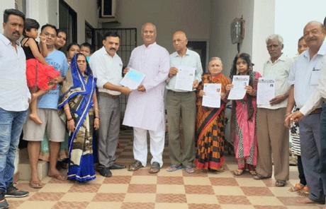 दुर्ग। कातुलबोड के पांच बुजुर्गों ने अपना देहदान कर मानवता की अनूठी मिसाल कायम की है। 'प्रनाम' के अध्यक्ष पवन केसवानी ने बताया कि देहदान की वसीयत करने वालों में शीतला मंदिर कातुलबोड निवासी सेवानिवृत्त बालको कमर्चारी श्री मीलुराम देशमुख ने एम्स रायपुर के नाम, प्रेमलाल माहुले एवं उनकी पत्नी श्रीमती शीला माहुले ने शा.आयुर्वेदिक कॉलेज रायपुर के नाम तथा यादव मोहल्ला, कातुलबोड निवासी जगतराम सोनी एवं उनकी पत्नी श्रीमती कमला सोनी ने राजीवलोचन आयुर्वेदिक कॉलेज, चंदखुरी के नाम अपनी देहदान की वसीयतें जारी की है।