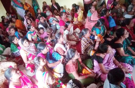 भिलाई। घरेलू कामगार महिलाओं को उनके अधिकारों एवं उनकी सुविधा के लिए चलाई जा रही शासकीय योजनाओं से उन्हें अवगत कराने के लिए अखिल भारतीय असंगठित कामगार मजदूर कांग्रेस ने एक सम्मेलन का आयोजन किया। संगठन के जिला अध्यक्ष नितीश कश्यप ने घरेलू कामगारों को बताया कि जागरूकता के अभाव में अधिकांश लोगों को शासन की योजनाओं का लाभ नहीं मिल पा रहा है।
