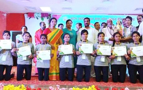 रायपुर। पतंजलि योेग समिति, महिला पतंजलि योग समिति एवं छत्तीसगढ़ योग सोसाइटी के तत्वाधान में प्रदेश स्तरीय प्रथम मेगा योग ओपन चैम्पियनशीप अग्रेसन धाम रायपुर में 9 व 10 जून को सम्पन्न हुई। जिसमें छत्तीसगढ़ के सभी 27 जिलों के जिला-स्तरीय प्रतियोगिता से चयनित 500 प्रतिभागियों ने भाग लिया। प्रतियोगिता को शुभारंग दिनांक 09 जून आचार्य अंशुदेव शास्त्री, डॉ. अरूण मढरिया की अध्यक्षता में सम्पन्न हुई। सम्पूर्ण प्रतियोगिता में छ.ग. योग आयोग अध्यक्ष, संजय अग्रवाल का महत्वपूर्ण योगदान रहा।