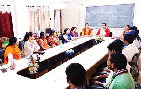 भिलाई। स्वामी श्री स्वरूपानंद सरस्वती महाविद्यालय आमदी नगर हुडको भिलाई में 31 मई को विश्व धूम्रपान निषेध दिवस के उपलक्ष्य में गोल मेज चर्चा का आयोजन किया गया जिसमें महाविद्यालय के शैक्षणिक एवं गौरशैक्षणिक स्टाफ ने अपने-अपने विचार प्रस्तुत किये। महाविद्यालय की प्राचार्य डॉ. हंसा शुक्ला ने कहा कि विदेशों में मौसम के अनुसार निकोटिन की आवश्यकता रहती है। जिससे वहाँ के लोग उसका सेवन करते हैं। वहां की संस्कृति का प्रभाव भारत देश पर भी पड़ा किन्तु यहां के लोग विदेशी संस्कृति को अपना प्रतिष्ठा का प्रतीक मानते हुये इस धूम्रपान के सेवन अपनी आदत बना लिये हैं। जो उनके लिये हानिकारक है।