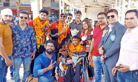 भिलाई। छत्तीसगढ़ के एशिया मेडलिस्ट खिलाड़ियों व कोच का दुर्ग रेलवे स्टेशन पहुँचने पर गाजे-बाजे के साथ भव्य स्वागत किया गया। विजेता खिलाड़ी इंडोनेशिया के बॉथम में 27 सितम्बर से 3 अक्टूबर 2019 तक आयोजित 53वीं एशिया बॉडी बिल्डिंग एवं फिटनेस चैम्पियनशीप में मेडल जीतकर छत्तीसगढ़ ही नहीं देश का नाम रौशन किया है। विजेता खिलाड़ी निशा भोयर, दिनेश कुमार साहू, मास्टर खिलाड़ी रमेश हिरवानी व दिव्यांग अश्वन सोनवानी ने एशिया चैम्पियनशीप में अपना परचम लहराया है।