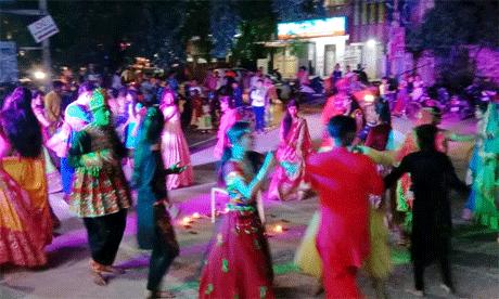 दुर्ग। क्वांर नवरात्रि के उपलक्ष्य में अविश एडुकॉम के परिसर में डांडिया-गरबा का भव्य आयोजन किया गया। पारम्परिक वेशभूषा में सजे धजे युवाओं ने देर रात तक माँ दुर्गा को समर्पित गीतों पर डांडिया खेलकर माता की स्तुति की। रंग बिरंगे परिधानों में सजे युवाओं को समूह में नृत्य करते देखना एक अनुपम अनुभव था। अविश एडुकॉम के संचालक मनीष पारेख एवं नीलेश पारेख ने बताया कि संस्कृति के बिना हमारा कोई अस्तित्व नहीं होता।