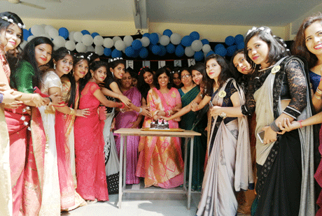 भिलाई। भिलाई एजुकेशन ट्रस्ट द्वारा संचालित पीजी कॉलेज ऑफ़ नर्सिंग (पीजीकॉन) की बीएससी (नर्सिंग) की 29वीं आऊटगोइंग बैच के अपने फायनल इयर के सीनियर्स के लिये जूनियर्स ने फेयरवेल पार्टी का आयोजन किया। बी.एससी. नर्सिंग की इस आऊटगोइंग बैच की प्रतिभाशाली छात्राओं को अपने अध्ययन के दौरान एजुकेशनल, कल्चरल, सोशल तथा क्लनिकल क्षेत्र में उत्कृष्ट प्रदर्शन के लिये विभिन्न प्रोफिशियेंसी अवार्ड दिये गये।