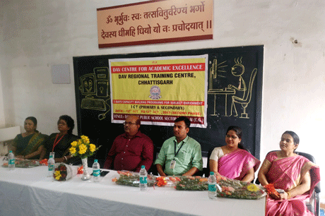 भिलाई। डीएवी इस्पात पब्लिक स्कूल में दो दिवसीय कंप्यूटर (आईसीटी) तथा प्री प्राइमरी (ईईडीपी) कार्यशाला 12 एवं 13 अक्टूबर को हुई। इस दो दिवसीय कंप्यूटर कार्यशाला का उद्घाटन मंत्रों के उच्चारण के साथ विषय के विशेषज्ञों, कार्यशाला प्रशिक्षकों तथा डीएवी स्कूल छत्तीसगढ़ के क्षेत्रीय निदेशक प्रशांत कुमार के साथ-साथ विद्यालय की प्रभारी श्रीमती योगिता शर्मा ने सामूहिक रूप से दीप प्रज्वलित कर किया। इस अवसर पर डीएवी गान 'अविरल, निर्मल, सलिल, सदय का ऊर्जावान गान किया गया।