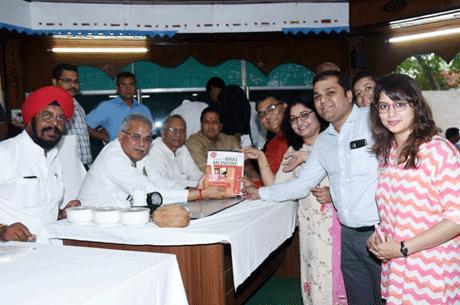 भिलाई। मुख्यमंत्री निवास रायपुर में मुख्यमंत्री भूपेश बघेल ने डॉ.अनिल घोम व डॉ.सविता घोम द्वारा लिखित टेक्स्ट बुक ऑफ़ ओरल मेडिसीन के चौथे संस्करण का आज विमोचन किया। इस अवसर पर गृहमंत्री ताम्रध्वज साहू, रायपुर के विधायक विकास उपाध्याय, कुलदीप जुनेजा विशेष रूप से उपस्थित थे। डॉ.घोम दम्पत्ति के साथ डॉ.श्वेता सिंह, डॉ.श्रेया लुनिया एवं डॉ.विवेक लाठ भी उपस्थित थे। डॉ.अनिल घोम की अब तक 10 से अधिक शैक्षणिक किताबें प्रकाशित हो चुकी हैं जो भारत एवं भारत के बाहर भी प्रचलित हैं।
