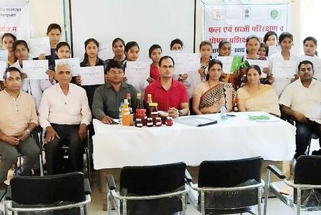 दुर्ग। शासकीय डॉ वावा पाटणकर कन्या स्नातकोत्तर महाविद्यालय में कौशल विकास के तत्वाधान में खाद्य एवं पोषण बोर्ड, रायपुर द्वारा पांच दिवसीय फल एवं सब्जी परिरक्षण तथा पोषण कार्यशाला का आयोजन किया गया। भारत सरकार के महिला एवं बाल विकास मंत्रालय के द्वारा प्रायोजित यह प्रशिक्षण कार्यक्रम महाविद्यालय में अध्ययनरत अनुसूचित जाति एवं अनुसूचित जनजाति की छात्राओं के लिये आयोजित किया गया।