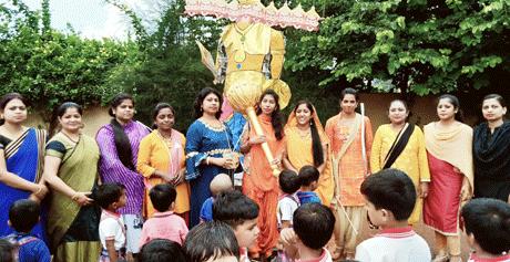 भिलाई। इंदु आईटी स्कूल में कक्षा नर्सरी, केजी-वन, केजी-टू के नौनिहालों द्वारा दशहरा का पर्व बड़े ही धूमधाम और हर्षोल्लास के साथ मनाया गया। बुराई पर अच्छाई के इस पर्व पर शिक्षकों ने रामायण के सभी आदर्श पात्रों - श्रीराम, लक्ष्मण, सीता, भरत, शत्रुघ्न, हनुमान का अभिनय करते हुए दशहरे के पर्व का महत्व बताया। बच्चों ने भी सभी पात्रो का मुखौटा लगाकर इसमें अपनी भागीदारी दी।