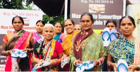 भिलाई। माँ शारदा सामर्थ्य चैरिटेबल ट्रस्ट के सदस्यों द्वारा स्वच्छ, प्लास्टिक मुक्त भारत के निर्माण के लिए एक अनोखा अभियान प्रारंभ किया गया है। अभियान के तहत ट्रस्ट के सदस्यों द्वारा स्वच्छता अभियान के लिए ग्रामीण एवं श्रमिक बाहुल्य क्षेत्रों में जाकर निरंतर स्वच्छता के प्रति जागरूक किया जा रहा हैं। लोगों को घर से थैला लेकर निकलने की सलाह दी जा रही है ताकि पन्नी, झिल्ली में सामान लाने की नौबत ही न आए। साथ ही रिसाइकलेबल प्लास्टिक को इकट्ठा कर कबाड़ी को बेचने की सलाह भी दी जा रही है।