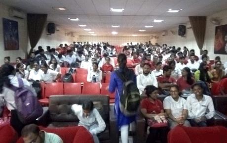 भिलाई। तकनीकी विद्यार्थियों को डिग्री के बाद रोजगार दिलाने के लिए प्रतिबद्ध संतोष रूंगटा समूह में आयोजित पूल कैम्पस में मंदी के इस दौर में भी 8 लाख रुपए तक का पैकेज ऑफ़र किया गया है। सप्ताहभर में आयोजित दो कैम्पस में राज्य के 650 युवाओं को मौका दिया गया। जस्पे और हेग्जावायर ने कई राउण्ड के सेलेक्शन प्रोसीजर के बाद जॉब ऑफ़र किए। कैम्पस सीजन में बड़ी कंपनियां पूर्ववत आ रही हैं और कड़ी चयन प्रणाली के बाद सेलेक्शन कर रही हैं।