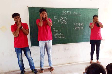 भिलाई। संतोष रूंगटा समूह द्वारा संचालित रूंगटा कालेज ऑफ़ इंजीनियरिंग एंड टेक्नोलॉजी में गांधी जयंती पर उनके एकादश व्रतों का उल्लेख करते हुए इन्हें आत्मसात करने पर बल दिया गया। महाविद्यालय की एनएसएस इकाई द्वारा इस अवसर पर अनेक कार्यक्रमों का आयोजन किया गया। छात्र -छात्राओं ने बुरा मत देखो, बुरा मत सुनो, बुरा मत बोलो जैसे बातों को आत्मसात कर देश हित में कार्य करने का संकल्प लिया।