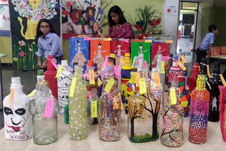 रायपुर। संतोष रूंगटा ग्रुप द्वारा रायपुर के नंदन वन में संचालित रूंगटा इंटरनेशनल स्कूल (आरआइएस) में प्रायमरी कक्षा के बच्चों ने अपनी हस्तकला की प्रदर्शनी लगाई। इन नौनिहालों के बनाए क्राफ्ट में सजावटी सामान के साथ साथ गृहोपयोगी सामग्री भी थी जिसका उपयोग किया जा सकता है। प्रदर्शनी को अच्छा प्रतिसाद मिला और इसने एक फंड-रेजर का भी काम किया।