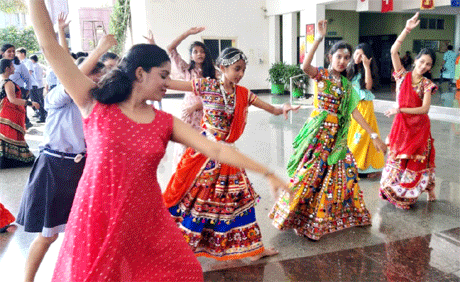 रायपुर। संतोष रूंगटा ग्रुप द्वारा नंदनवन में संचालित रूंगटा इंटरनेशनल स्कूल में नवरात्रि के उपलक्ष्य में डांडिया-गरबा का आयोजन किया गया। पारम्परिक वेशभूषा में विद्यार्थियों एवं उनके मित्रों ने आदि शक्ति के प्रति समर्पण भाव से झूमकर डांडिया-गरबा किया। शाला परिसर को इसके लिए विशेष रूप से सजाया गया था। इसके साथ ही दशहरा के अवकाश की घोषणा कर दी गई।