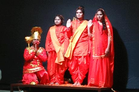 भिलाई। माइलस्टोन जूनियर की शिक्षिकाओं ने 25 मिनट में पूरी रामकथा की खूबसूरत प्रस्तुति दी। प्रकाश एवं ध्वनि संयोजन से दी गई इस प्रस्तुति में श्रीराम के जन्म से लेकर उनके विवाह, वनगमन, लंका दहन, रावणवध एवं अयोध्या वापसी की पूरी कथा का मंचन किया गया। श्रीराम की भूमिका जहां बिनी एवं आबिदा ने वहीं माता सीता की भूमिका नीता और जीनत ने निभाई। अन्नू और तरन्नुम ने लक्ष्मण का किरदार निभाया।