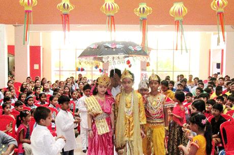 भिलाई। संजय रुंगटा ग्रुप ऑफ़ इंस्टीट्यूशंस द्वारा संचालित रुंगटा पब्लिक स्कूल में बुधवार को दीपावली पूर्व उत्सव का आयोजन किया गया। विद्यालय के कलाम सदन द्वारा आयोजित उक्त कार्यक्रम का विधिवत शुभारंभ वैदिक मंत्रोच्चार के साथ माता लक्ष्मी के पूजन से हुआ। तत्पश्चात छात्रों ने दीपावली के माहात्म्य का वर्णन कर दीपावली पर केंद्रित चलचित्र का प्रदर्शन किया।