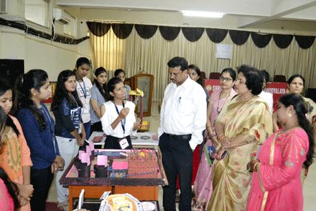 भिलाई। श्री शंकराचार्य महाविद्यालय के बायोटेक्नोलॉजी विभाग के द्वारा मॉडल एग्जीबिशन का आयोजन किया गया। विद्यार्थियों ने इस कार्यक्रम में पर्यावरण जागरूकता संबंधी एवं बायोटेक्नोलॉजी पर आधारित मॉडल प्रस्तुत किए। विभागाध्यक्ष अर्चना सोनी के मार्गदर्शन में विद्यार्थियों ने पर्यावरण प्रदूषण, ग्रीन बिल्डिंग, ग्रीन इंडिया, इंटीग्रेटेड फार्मिंग, बायोटेक्नीक्स, बायोटेक्नोलॉजी इनक्युबेशन पार्क, डी.एन.ए. मॉडल, मेन्टल फिटनेस, जन्तु कोशिका, पादप कोशिका एवं उत्परिवर्तन पर मॉडल बनाकर प्रस्तुत किये।