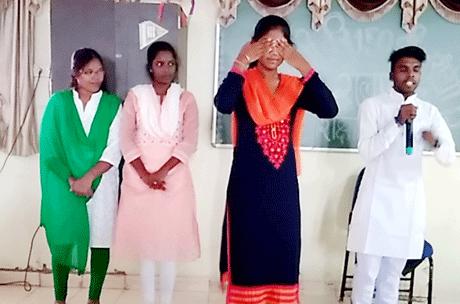 भिलाई। स्वामी श्री स्वरूपानंद सरस्वती महाविद्यालय के शिक्षा विभाग द्वारा राष्ट्रपिता महात्मा गांधी की 150वीं जयंती के उलक्ष्य में गांधी जी के सिद्धांतों पर आधारित लघुनाटक प्रतियोगिता का आयोजन किया गया। संयोजक शैलजा पवार स.प्रा.शिक्षा विभाग ने कहा कि गांधीजी की बुनियादी शिक्षण पद्धति स्वच्छता अभियान, छुआछूत निवारण सर्वधर्म समभाव, सत्य अहिंसा एवं स्वदेशी वस्तुओं का प्रयोग आदि विचारों को विद्यार्थियों तक पहुंचाने के लिये लघूनाटक प्रतियोगिता का आयोजन किया गया।