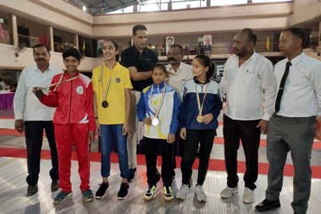 भिलाई। अग्रसेन भवन सेक्टर-6 में आयोजित 21वीं राष्ट्रीय सबजूनियर फेंसिंग (तलवारबाजी) प्रतियोगिता के कल हुए मुकाबले में सेबर बालिका का फायनल मुकाबला हरियाणा की हिमांशी नेगी एवं गुजरात की रिंकू वादी के मध्य खेला गया जिसे हिमांशी ने संघषर्पूर्ण मुकाबले में 15-14 से जीतकर हरियाणा और अपने लिए स्वर्ण पदक प्राप्त किया जबकि रिंकू रजत पदक से संतोष करना पड़ा। कांस्य पदक तेलंगाना की जी सिरिजा के नाम रहा।
