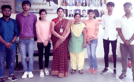 भिलाई। आइआइटी खड़गपुर और स्वामी श्री स्वरूपानंद महाविद्यालय द्वारा करायी गयी राष्ट्रीय प्रतियोगिता और वर्कशॉप 'बायोइंफरमेटिक्स' में चयनित छ: छात्र द्वितीय चरण की प्रतियोगिता में भाग लेने हेतु आइआइटी हैदराबाद जायेंगे। छात्र होमेन्द्र साहू, अमन चंद्राकर, मृत्युंजय बैरागी, तुलना साहू, सोनिया गिल, मनीष पॉल ने द्वितीय चरण में अपना विषय 'बायोटेक्नोलॉजी इन हेल्थ केयर एंड मेडिसिन' पर तैयार किया है।वर्कशॉप संयोजक डॉ. शमा ए. बेग विभागाध्यक्ष माइक्रोबायोलॉजी के निर्देशन में छात्रों ने अपने विषय पर पीपीटी तैयार किया है।