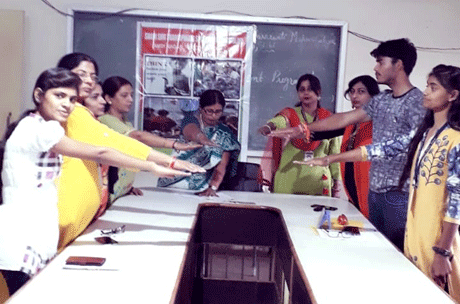 भिलाई। स्वामी श्री स्वरूपांनद सरस्वती महाविद्यालय हुडको भिलाई में शिक्षा विभाग द्वारा विश्व खाद्य दिवस के अवसर पर खाद्य सुरक्षा सभी का सरोकार विषय पर परिचर्चा एवं अंतराश्ट्रीय गरीबी उन्मूलन दिवस का आयोजन तथा गरीब बस्तियों में वस्त्रों का वितरण किया गया। गरीबी उन्मूलन पर प्रकाश डालते हुये कार्यक्रम प्रभारी डॉ. रचना पाण्डेय ने कहा कि गरीबी किसी भी देश की एक गंभीर बीमारी है।