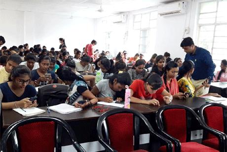 भिलाई। भिलाई महिला महाविद्यालय में कॉमर्स की छात्राओं के लिये ऑल इंडिया टैली कॉमर्स एप्टीट्यूड टेस्ट सोमी टेल कम्प्यूटर्स के सहयोग से आयोजित किया गया। जिसमें एम.कॉम एवं बी.कॉम की 178 छात्राएं शामिल हुईं। महाविद्यालय की प्राचार्य डॉ संध्या मदन मोहन ने इस तरह की प्रतिस्पर्धी परीक्षाओं में स्वत:स्फूर्त हिस्सा लेने के लिये छात्राओं की प्रशंसा की। उन्होंने कहा कि इस तरह के लगातार प्रयासों से वे अपने आने वाले सफल व्यावसायिक जीवन के लिए उपलब्धियां जोड़ रही हैं।