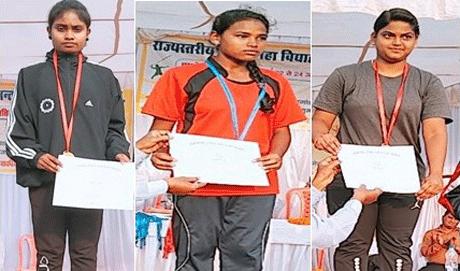 दुर्ग। उच्च शिक्षा विभाग द्वारा आयोजित राज्य स्तरीय एथलेटिक प्रतियोगिता में शासकीय कन्या महाविद्यालय दुर्ग की छात्रा प्रियंका साहू ने दौड़ के तीन ईवेन्ट में खिताब जीता। प्रियंका 1500 मीटर दौड़ 5.46 मिनट में एवं 800 मीटर की दौड़ 2.36 मिनट में पूरा कर दोनों इवेन्ट में विजेता रही। वहीं 400 गुना 4 रिलेरेस की भी विजेता रहीं। इसके अलावा रीतिका एवं पायल ने भी स्वर्ण एवं रजत पदक प्राप्त किए।