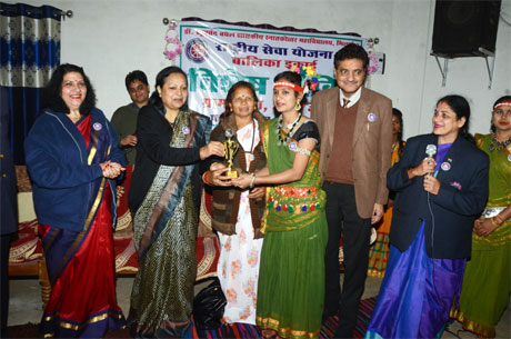 Durg University to promote hand made bags and files by students of Khoobchand Baghel College
