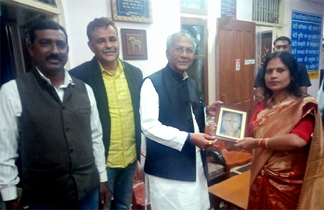 Reeta Shrivastava gifts a portrait to Home Minister Tamradhwaj Sahu