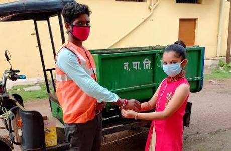 Students ties Rakhi to swacchata Karmi