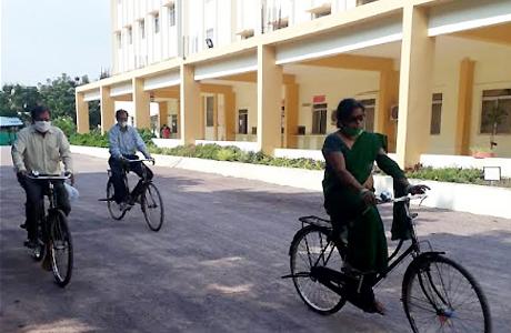 शंकराचार्य कालेज में साइकिल चलाकर निदेशक ने दी प्रेरणा