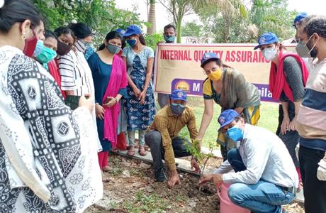 पर्यावरण दिवस पर एमजे कालेज में फलदार पौधे रोपे