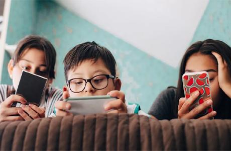 स्मार्ट डिवाइस के दौर में ऐसे करें बच्चों की आंखों की सुरक्षा